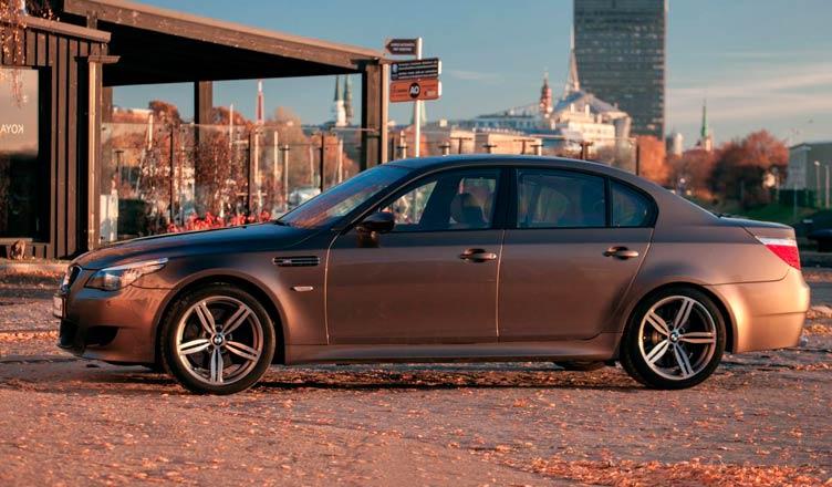 BMW M5 E60: вид сбоку