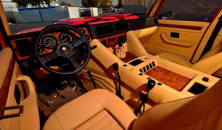 Салон Lamborghini LM 002