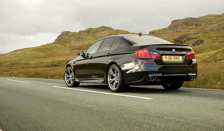 BMW M5 F10: вид сзади